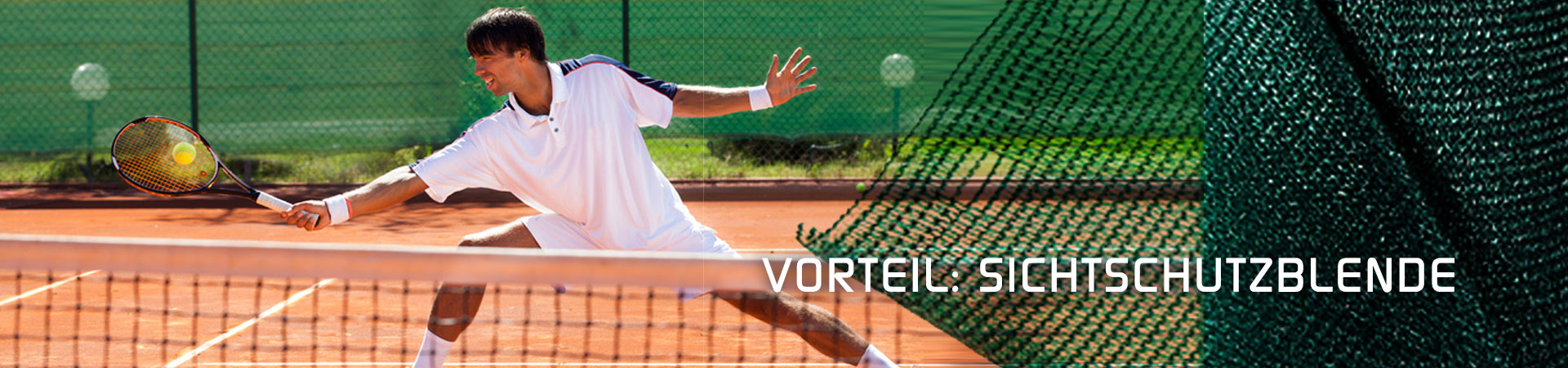 Tennisspieler vor und neben grüner Sichtschutzblende