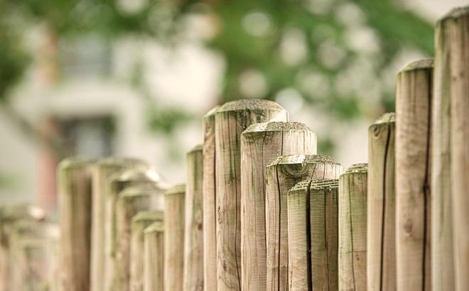 Zaun aus Holzpfählen